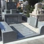 福岡市南区野間の墓地で、洋型の素敵なお墓が完成しました。インド産アーバングレイ青御影