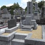墓石正面のお名前の彫り直し、雑草対策として透水性土間舗装、ズレや欠けの修理を行いました。3年程前にご相談いただいたお客様、福岡市立平尾霊園