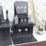 ささぐり極楽霊苑にて、洋型デザインのオリジナル墓石が完成しました。インドM-10黒御影+佐賀県産天山御影