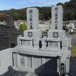 ささぐり極楽霊苑にて、12㎡の墓地に、お好きなモチーフを彫刻した累代墓をお建てしました。G688青御影、厚みのある立派な1枚石の背板