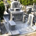 平尾霊園に、「楽」の字が印象的なフラットでバリアフリーのお墓建て替えが完了。家紋付きの花立ては再加工して活用、石張りのお墓へ