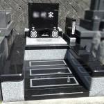 インド産ケント黒御影と中国688白御影を組み合わせた、コントラストの美しいデザイン墓石が完成しました。カーサメモリア、福岡市西部霊園
