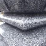福岡市南区平尾霊園で天山石の墓石をクリーニング、黒ずみや水垢の除去、目地補修をしました。