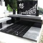 手書きの文字、桜の花びらを施した、デザイン墓石が完成しました。北九州市にて