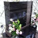 ささぐり極楽霊苑にてコンパクトなデザイン墓石が完成。インドクンナム黒御影と中国マホガニー