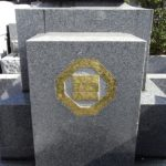 家紋の金箔入れ直し、戒名塔の金色の入れ直しを行いました。平尾霊園にて