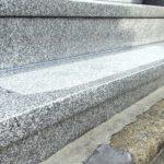 お墓の汚れをクリーニング、黒ずみ除去と目地入れとお掃除が完了。福岡市平尾霊園