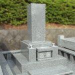 地下式納骨室の、伝統的な中にもデザイン性のある和型オリジナル墓石が完成。三日月山霊園にて