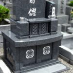 青みを帯びた濃グレーが美しい、コンパクトな洋型墓石が完成。新宮霊園にて