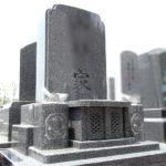 濃グレー色が美しい、素彫りで額出し加工を施した縦型の洋式墓石が完成。G654御影石で製作、ささぐり極楽霊苑のコンパクトな自由墓地