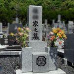 正面文字、家紋、建立者、法名碑の文字色入れなおしを三日月山霊園で行いました。白御影石のお墓、すべてを黒色へ