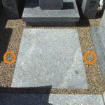 福岡市の西部霊園で、お墓の砂利石部分の透水性土間舗装の防草工事をしました