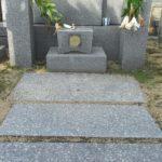 墓地内の草でお困りのお客様の雑草対策工事を浸透性樹脂舗装にて。平尾霊園