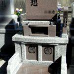 宗像ルンビニー墓苑のコンパクトな墓地に、「想い」のこもったインド産「八重桜」(茶御影)の洋型墓石が完成しました。柔らかな印象、バランスの良い配色。