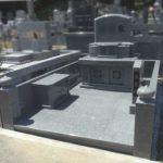 約10㎡の広い墓地に、ふんだんにアール加工を施したインド産アーバングレイのお墓が完成。平尾霊園にて