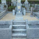 福岡市立平尾霊園にて、山口県産徳山石のお墓のクリーニングや雑草対策。管理が大変なお墓を、安心してお参りいただけるお墓に